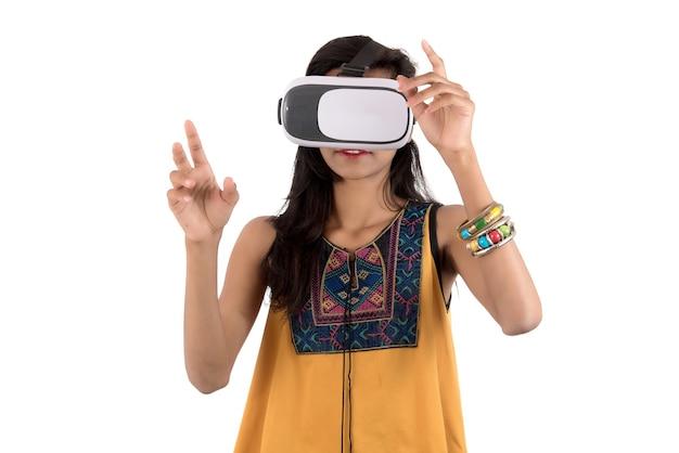 Linda garota olhando embora o dispositivo vr. jovem garota usando fone de ouvido de óculos de realidade virtual.