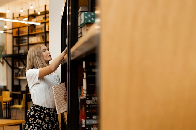 Linda garota pensando na biblioteca