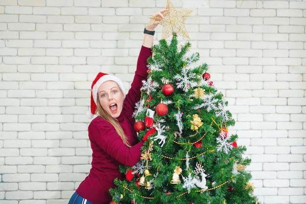 Linda garota perto da árvore de natal no ano novo