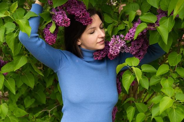Linda garota perto do lilás.