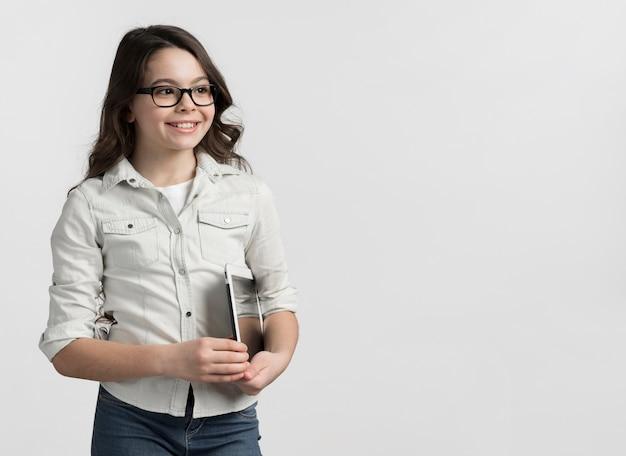 Linda garota posando com espaço de cópia