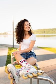 Linda garota posando com patins ao ar livre