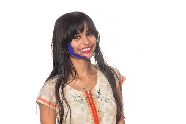 Linda garota posando com rosto colorido por ocasião do festival holi