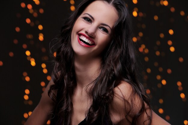 Linda garota posando durante a celebração da festa de ano novo