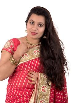 Linda garota posando em saree tradicional indiano em branco.