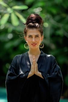 Linda garota praticando meditação