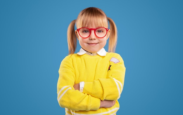 Linda garota pré-escolar com óculos