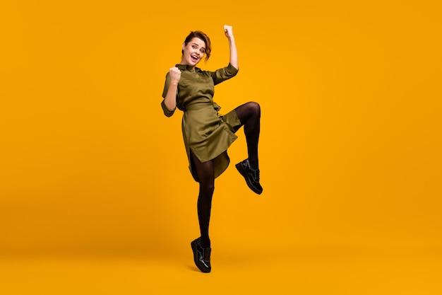 Linda garota pulando se divertindo, boas notícias