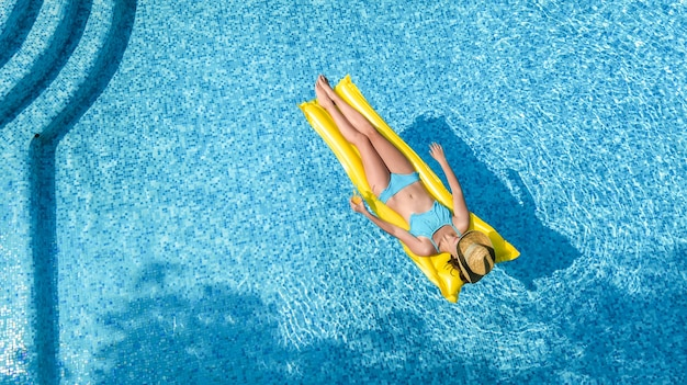 Linda garota relaxando na piscina