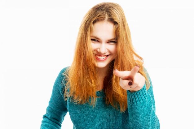 Linda garota ri e mostra os polegares para cima que assiste