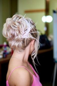 Linda garota romântica com um penteado elegante.
