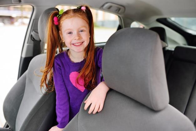 Linda garota ruiva sorrindo no salão de beleza do carro
