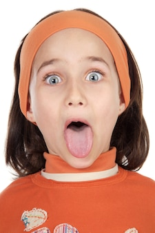 Linda garota, saindo de sua língua sobre fundo branco