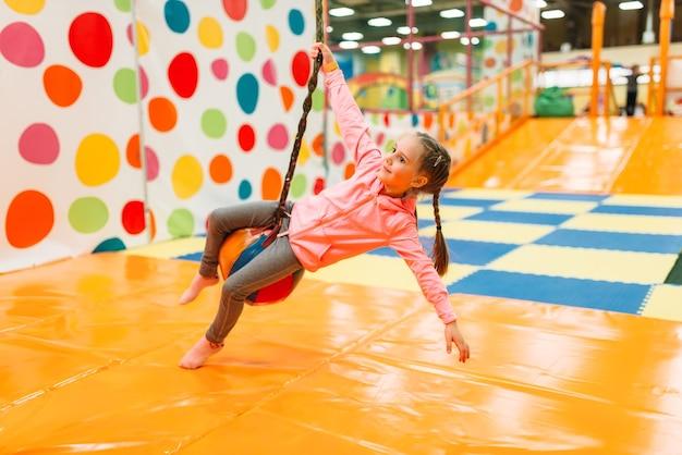 Linda garota se divertindo no centro de entretenimento infantil. infância feliz