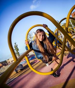 Linda garota se divertindo no playground