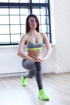 Linda garota se exercitando