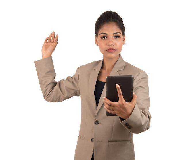 Linda garota segurando e apresentando algo na mão com smartphone ou tablet