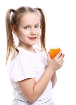 Linda garota segurando o copo de suco de laranja fresco