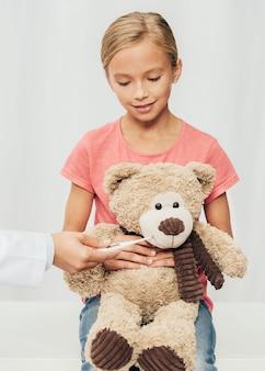 Linda garota segurando um ursinho de pelúcia