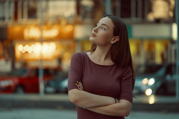 Linda garota solitária sonhando e pensando