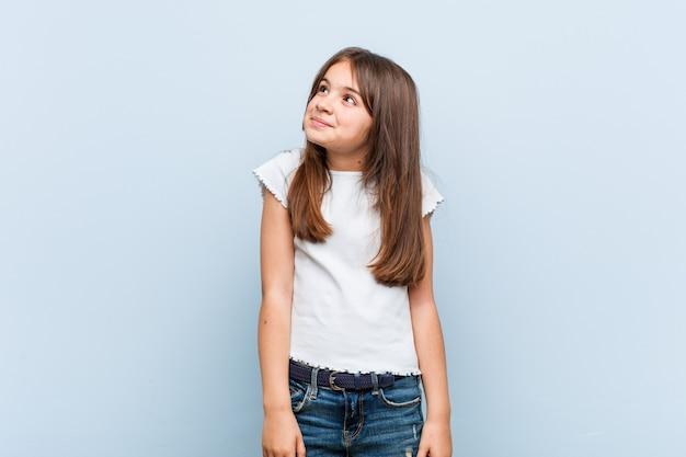 Linda garota sonhando em alcançar objetivos e propósitos