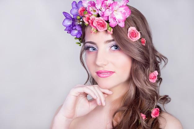 Linda garota sorridente com flores no cabelo