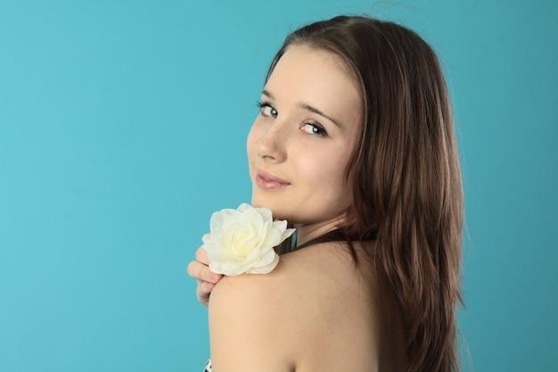 Linda garota sorridente com uma flor