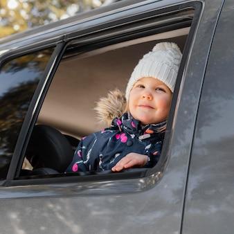 Linda garota sorridente no carro