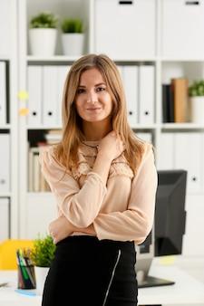 Linda garota sorridente no local de trabalho, olhando para a câmera