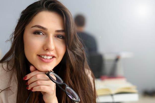 Linda garota sorridente no local de trabalho