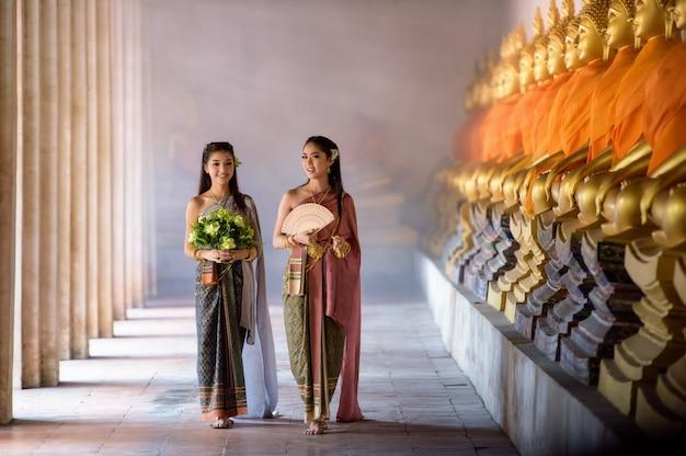 Linda garota tailandesa em traje tradicional tailandesa