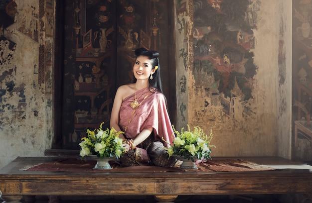 Linda garota tailandesa em traje tradicional vestido