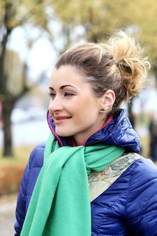Linda garota tendo um passeio no dia frio de outono