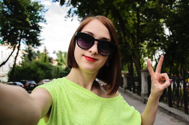Linda garota tirando foto de selfie