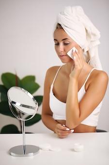 Linda garota, toalha na cabeça, conceito de beleza, skincare, spa, tratamento.
