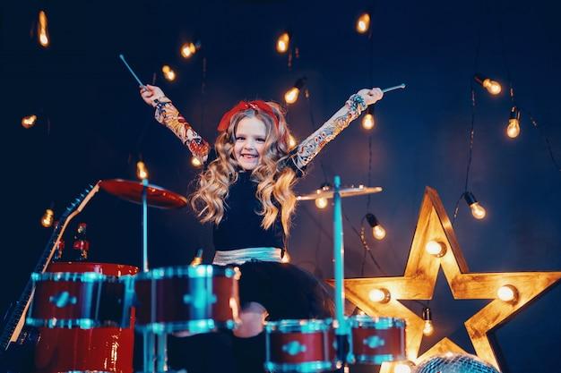 Linda garota tocando bateria