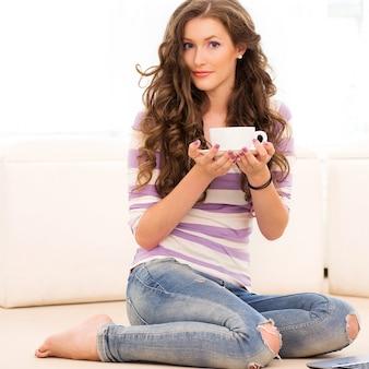 Linda garota tomando café