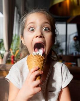 Linda garota tomando sorvete