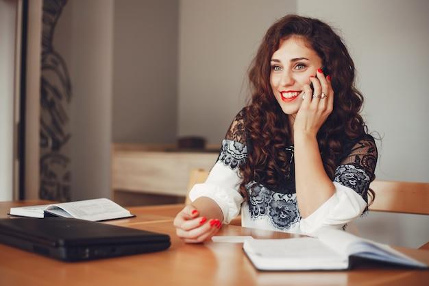 Linda garota trabalha no escritório