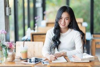 Linda garota trabalhando no café