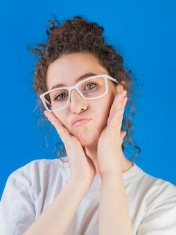 Linda garota usando armação de óculos