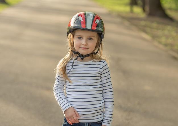 Linda garota usando capacete para esporte ativo