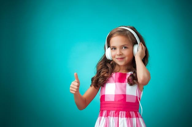 Linda garota usando fones de ouvido brancos