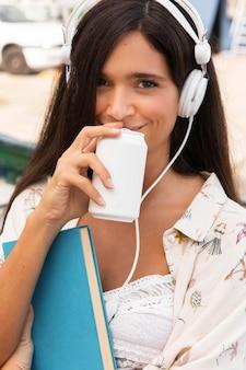 Linda garota usando fones de ouvido