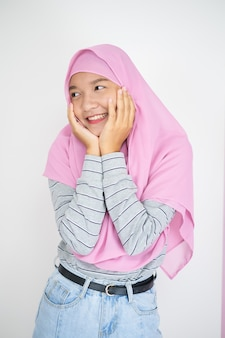 Linda garota usando hijab rosa em fundo branco