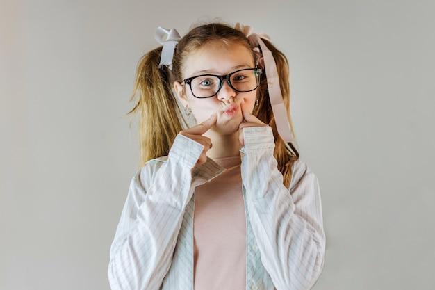 Linda garota usando óculos tocando suas bochechas