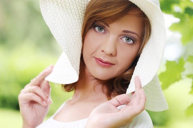 Linda garota usando um chapéu branco