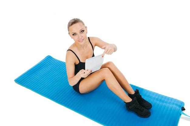 Linda garota vermelha exercitando com um plano