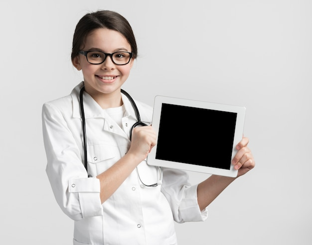Linda garota vestida como um médico