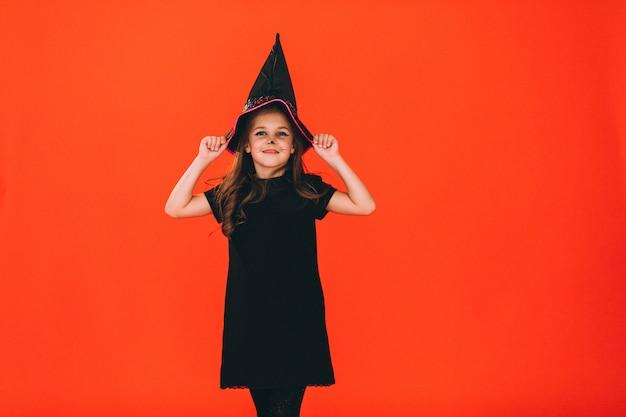 Linda garota vestida em traje de halloween em estúdio